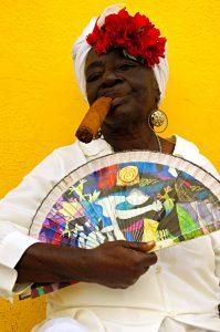 Cuba-havana-donna-con-sigaro